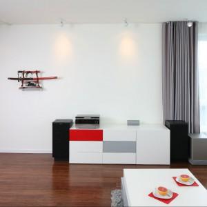 Wyposażenie: sofa IKEA / stolik wykonany na zamówienie / dywan Leroy Merlin / zasłony Studio dekoracji okien Lambrekin / oświetlenie sufitowe Lea, Spot Light / podłoga deska bambusowa Parkiet Studio.  Fot. Bartosz Jarosz.