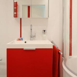 Pionowe pasy z czerwonych listew ożywiają białą ścianę. Fot. Bartosz Jarosz.