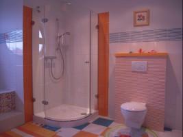 Łazienka z pomarańczowym akcentem.