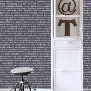 "Tapeta od Esta Home ""Text""dostępna w wielu kolorach. Fot.Esta Home."