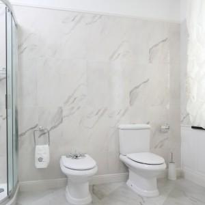 Wszystkie elementy wyposażenia, poza wanną i prysznicem, swoim kształtem nawiązują do klasycznego stylu. Projekt: Małgorzata Goś. Fot. Bartosz Jarosz.