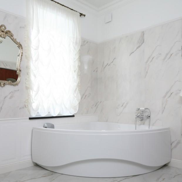 Klasyczna, stylowa łazienka – z narożną wanną i prysznicem
