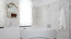 Wanna i kabina prysznicowa to dwa nowoczesne elementy wyposażenia łazienki zaprojektowanej w klasycznym stylu. Jest wygodnie, funkcjonalnie i bardzo pięknie.