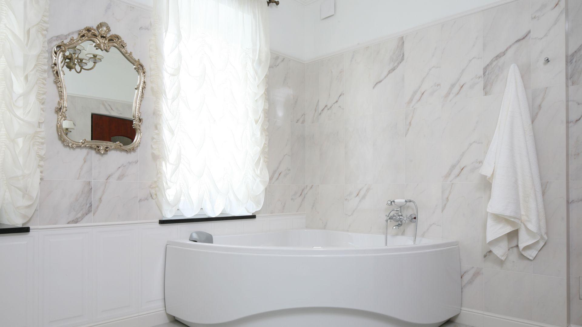 Klasyczna Stylowa łazienka Z Narożną Wanną I Prysznicem