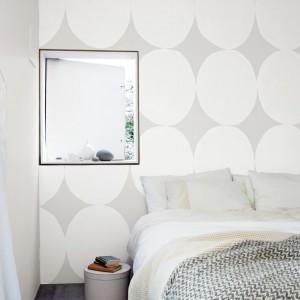 Delikatny, szaro - biały wzór na ścianie. Jasne koła na ciemniejszym tle dodadzą głębi białej ścianie.Fot.Dulux.