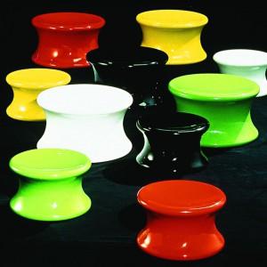 Kolorowe taborety o nazwie Mushroom. Fot. Adelta.