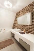 Inwestorka marzyła o jasnej, nowoczesnej łazience, w której może po stresującym dniu wypocząć z książką w ręku. Miało być także glamour! Projekt łazienki zrealizowany w poznańskim apartamentowcu.  Zdjęcia: Cocafin.