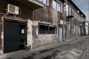 """Adaptacja poprzemysłowego budynku przy ul. Berka Joselewicza 21 na krakowskim Kazimierzu na przestrzeń coworkingową KOMPANY jest przykładem przemian rewitalizacyjnych tej dzielnicy. Nowa funkcja osadzona w istniejących murach rodzi zaskakujące kontrasty, które z chęcią eksponujemy. Zderzenie kontekstu miejsca ze świeżymi pomysłami pozwoliło stworzyć wnętrze niepowtarzalne i przyciągające uwagę. """"Kompany to miejsce dla freelancerów, przestrzeń dla koncepcji, sieć do łapania dobrych kontaktów. Doceniamy wartość KO – wspólnoty, społeczności, wzajemnej inspiracji. Stronimy od szablonów, skupiamy twórcze umysły, przygarniamy ciekawe projekty."""""""