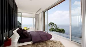 Przestronna sypialnia z pięknym widokiem za oknem to marzenie wielu osób. Przedstawiamy piękne wnętrza, położone w malowniczych zakątkach świata.