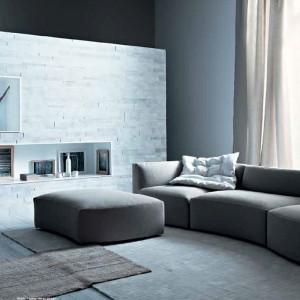 Kamienna ściana urozmaica minimalistyczną aranżację. Fot. Saba.