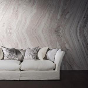 Linie widoczne na kamieniu są równie dekoracyjne, jak wzorzysta tapeta. Fot. Zinc Textile.