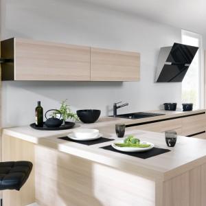 Elegancka i nowoczesna kuchnia z kolekcji Capitol. Jasne, ciepłe fronty tworzą efektowny kontrast z czarnymi elementami wyposażenia. Wycena indywidualna, Black Red White.