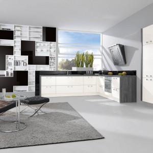 Meble kuchenne z programu Cala, którym nadano salonowy charakter. Elegancki duet bieli i czerni w połączeniu z ciekawą formą zabudowy będą idealne wszędzie tam, gdzie liczy się estetyka i funkcjonalność. Wycena indywidualna, Wellamnn.