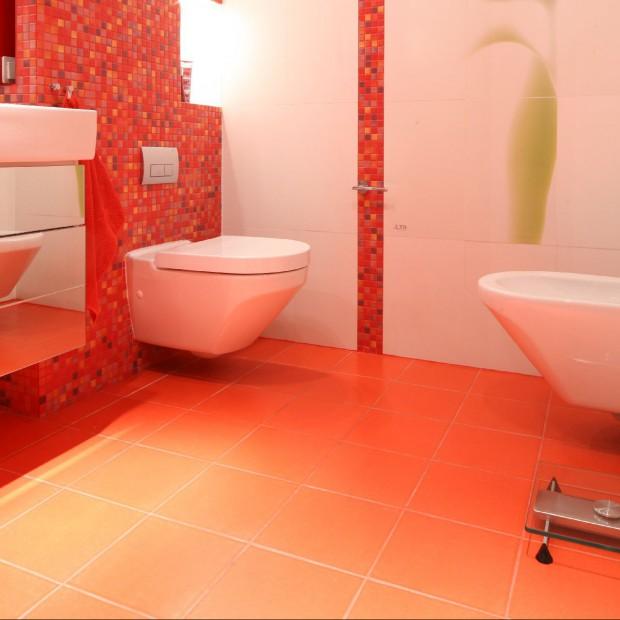 Aranżacja łazienkowa z mozaiką w tle. Biel i czerwień na topie
