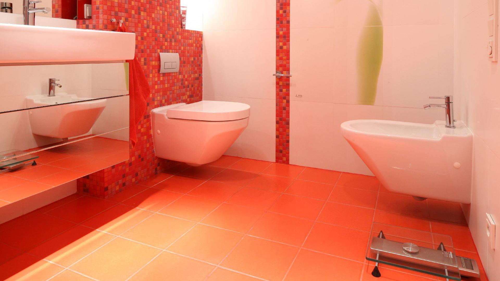 Aranżacja łazienkowa Z Mozaiką W Tle Biel I Czerwień Na Topie