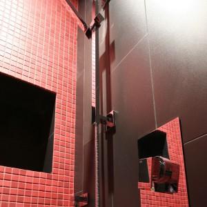 Prysznic ozdobiony czerwoną mozaiką. Fot. Bartosz Jarosz.