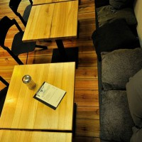 """Przygotowany przez naszą pracownię projekt przebudowy i aranżacji wnętrz restauracji Zona Libre. Restauracja znajduje się w centrum Szczecina, w bezpośrednim sąsiedztwie jednego z głównych szlaków turystycznych w mieście. Zlokalizowana w parterze kamienicy z początku XX wieku, przy ulicy Śląskiej 12. Wnętrza Zona Libre zaprojektowaliśmy w stylu """"fusion"""", jako połączenie oryginalnego wnętrza starego budynku, z nowoczesnym, prostym wystrojem."""