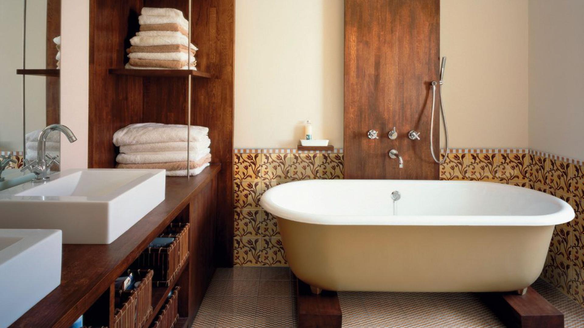 Ciemne drewno w łazience prezentuje się niezwykle elegancko. Fot. Ceramica Bardelli.