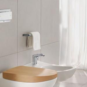 Odrobina drewna przy ceramice sanitarnej. Fot. Villeroy&Boch.