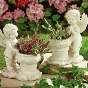 Niewielkich doniczek pilnują romantyczne aniołki. Fot. House of Bath.