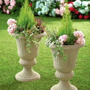 Ozdobne donice najlepiej wyglądają w dużym ogrodzie. Fot. House of Bath.