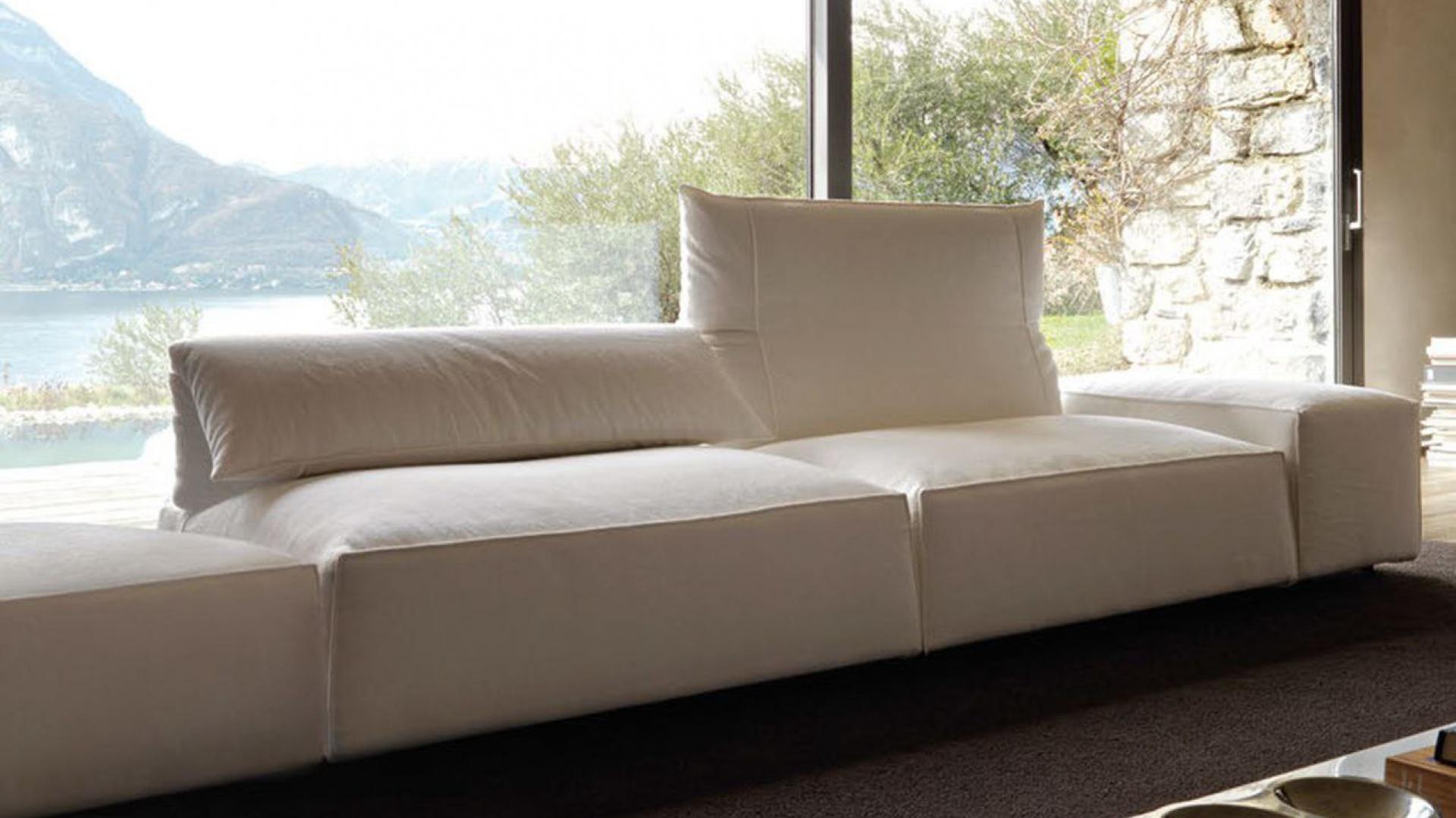 Czarno-biały wystrój najlepiej pasuje do salonu z dużym oknem. Fot. Gruppo Euromobil.