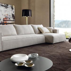 Prosta beżowa sofa od Desiree Divani. Fot. Desiree Divani.