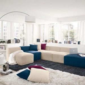 Modułowy narożnik marki Colombini Casa - wyjątkowe połączenie bieli z niebieskim. Fot. Colombini Casa.