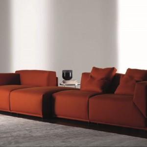 Modułowa sofa Bacon w pięknym odcieniu zgaszonej pomarańczy. Fot. Meridiani.