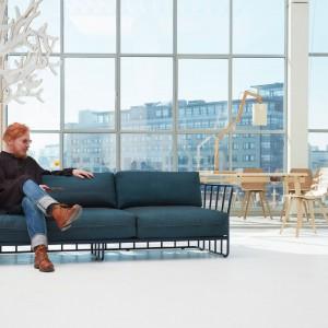 Niebieska sofa w nieco industrialnym stylu to nowość szwedzkiej marki Bla Station. Fot. Bla Station.