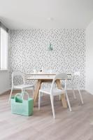 Przeprojektowanie układu wnętrza przemieniło jego nietypową formę na atut. Po metamorfozie strefy funkcjonalne są klarowne i wygodnie się przenikają. W jadalni stanął stół z kolekcji 4You by VOX. Jego masywna forma została orzeźwiona lekkimi, kobiecymi dodatkami: krzesłami URBAN by IKEA i miętową lampką MHY od MUUTO, wszystko na tle tapety w skandynawskim stylu.