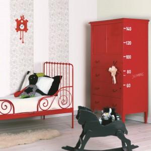 Żywa czerwień skutecznie ożywia jasne wnętrze. Fot. Dekoral Akrylit.