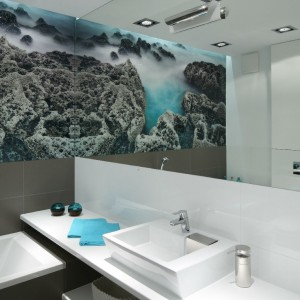 Fototapeta doskonale współgra z kolorystyką pomieszczenia i dodaje silnego morskiego akcentu. Fot. Bartosz Jarosz.