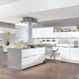 Eleganckie, nowoczesne meble kuchenne z kolekcji Vetra. Matowe fronty w białym kolorze stanowią idealny duet z szarym, betonowym blatem. Meble zapewniają zarówno sporo miejsca na przechowywanie, jak i na kuchenne prace. Wycena indywidualna, Nobilia.