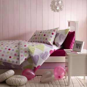 Serca i kropki w rożowym kolorze podkreślaja dziewczęcy charakter aranżacji. Fot. Marks&Spencer.