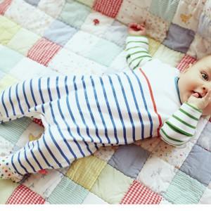 Pościel dla niemowląt powinna mieć jasne, pastelowe kolory. Fot. Mothercare.