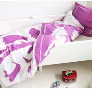 Biel i fiolet - sposób na kolorowe sny dla dziewczynki. Fot. Home Candy.