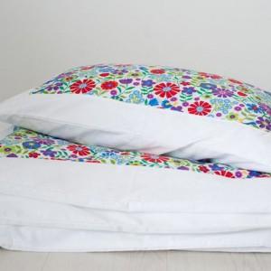 Wśród wiosennych kwiatów wypocznie zarówno kilku- jak i nastolatka. Projekt: Hanybany, sprzedaż: Artillo. Fot. Artillo.