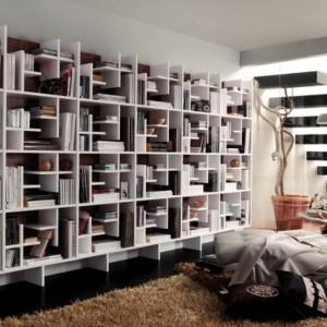 Książki można wyeksponować na całej szerokości ściany. Fot. Muebles Lara.