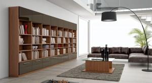 Każdy, kto ma w domu zbiór książek, na pewno nie raz zastanawiał się gdzie go ulokować. Odpowiednio wyeksponowane grzbiety mogą zachęcić do czytania, ale też w elegancki sposób ozdobić pomieszczenie.