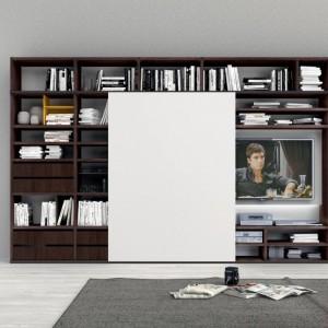 Książki na półkach można nie tylko ustawić, ale i położyć - jedna na drugiej. Fot. Colombini Casa.