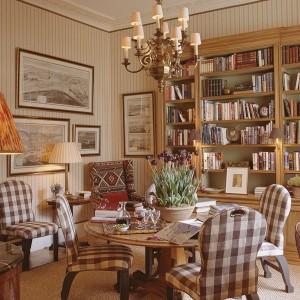 Stare książki stanowią nie lada dekorację salonu w styku vintage. Fot. Sibylcolefax.com.