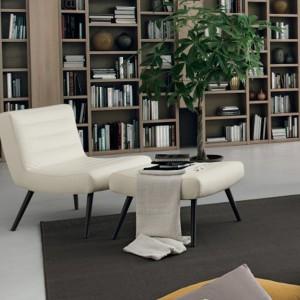Ciekawy efekt daje ulokowanie między półkami z książkami np. wazonów. Fot. Colombini Casa.