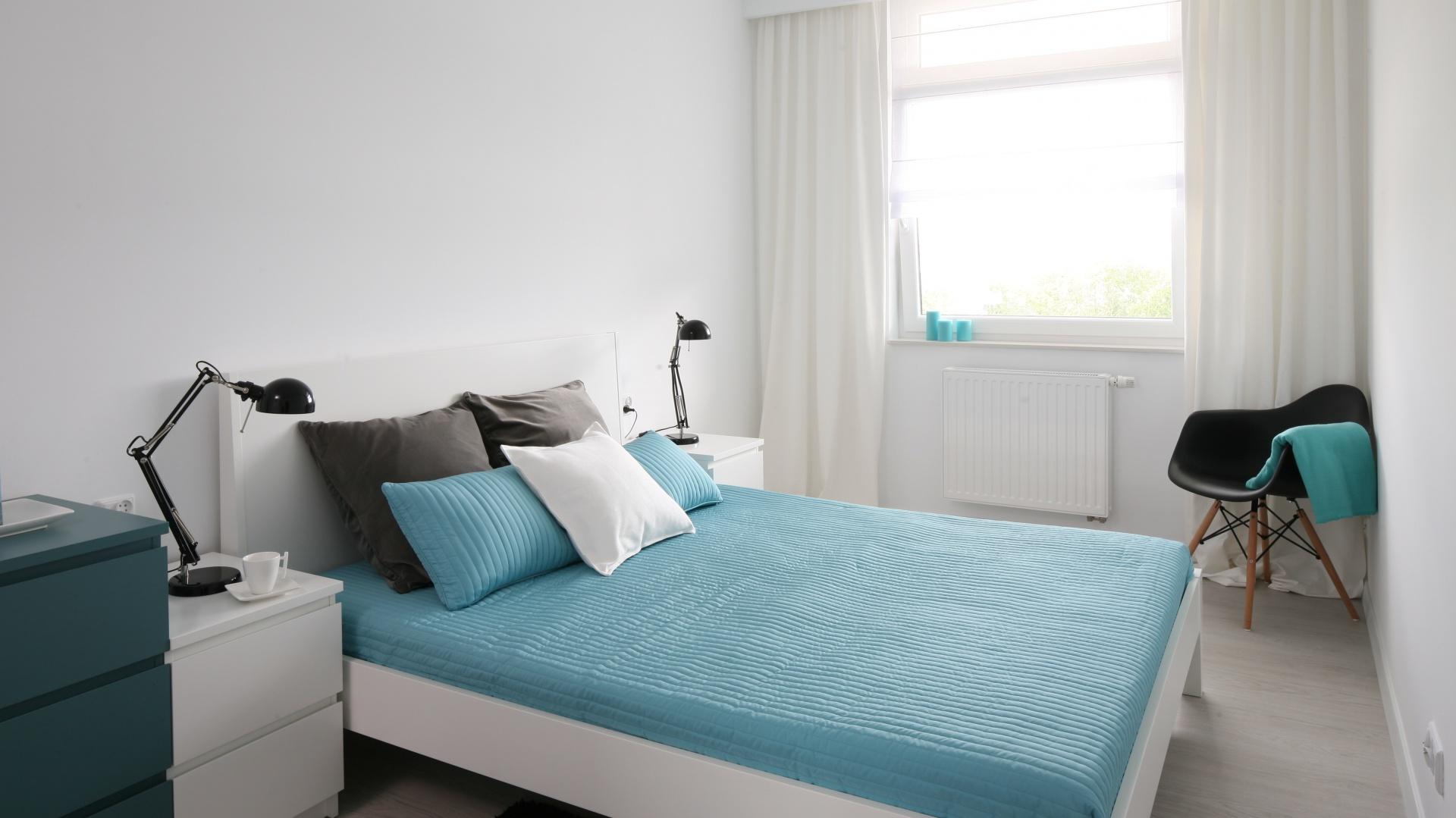 Ikony designu, ponadczasowy duet bieli i czerni oraz turkusowe dodatki to pomysł na ultranowoczesny apartament. Projekt Anna Maria Sokołowska. Fot. Bartosz Jarosz.
