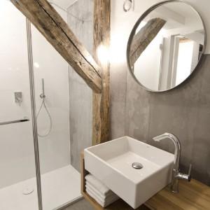 W łazience zastosowano płytki ścienne i podłogowe z fakturą betonu. Projekt Magdalena Daszkiewicz. Fot. Maciej Kulig.