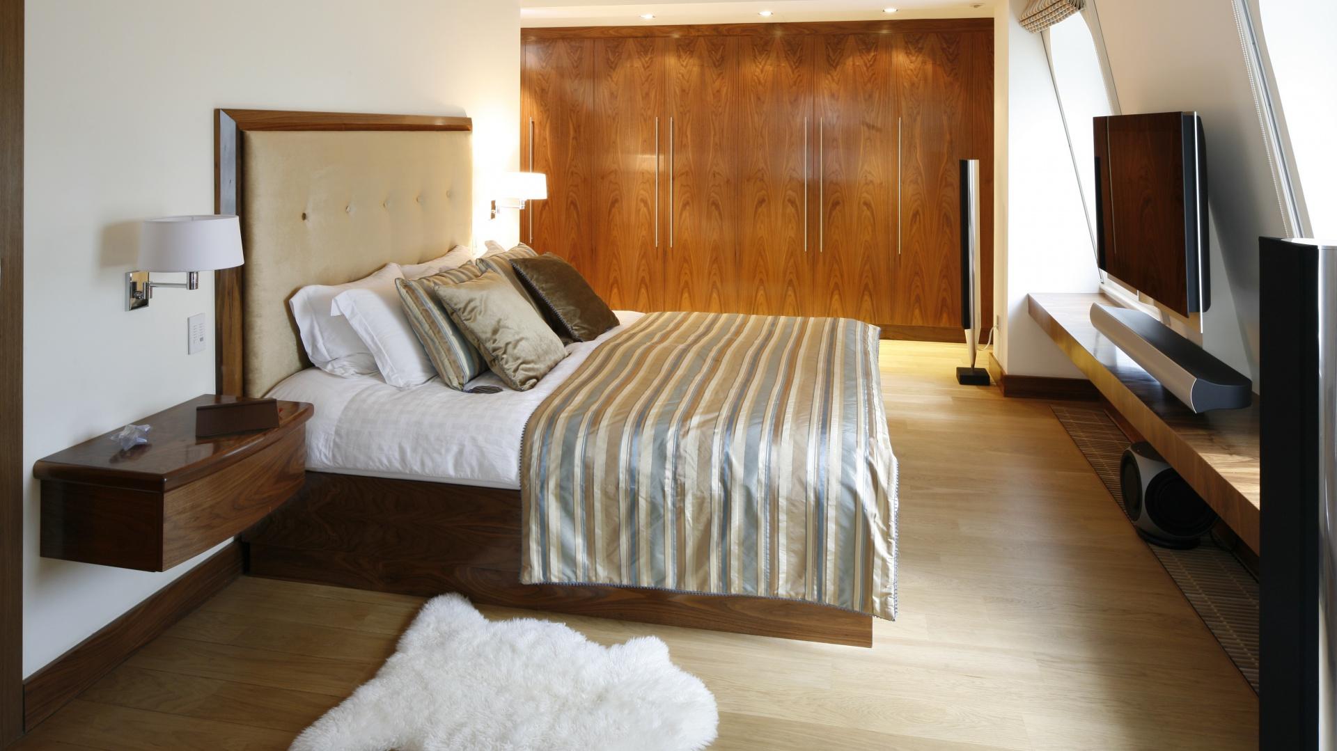 Zabudowa garderobiana wyznacza drogę do prywatnej sypialni właścicieli. Podkreśla ją zamontowane w suficie oświetlenie. Fot. Bartosz Jarosz