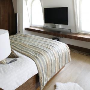 Najbardziej nowoczesnym elementem sypialni jest sprzęt audio-wideo. Fot. Bartosz Jarosz