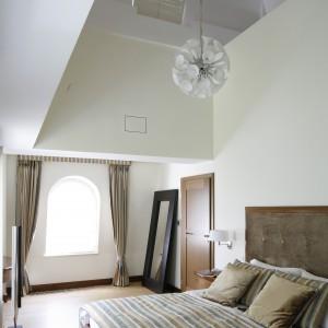 Centralna część sypialni ma aż dwie kondygnacje. Fot. Bartosz Jarosz
