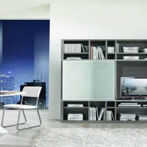 Okrągły stół i krzesło do pracy wpisują się w nowoczesną stylistykę salonu. Fot. Giessegi.