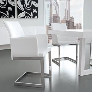 Tworząc miejsce do pracy w pokoju dziennym możemy wykorzystać meble typowo salonowe. Fot. Ebano Design.